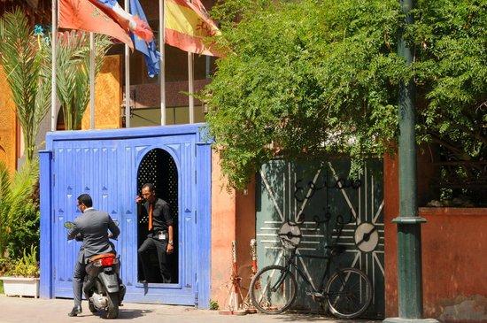 Les Trois Palmiers: Hotel exterior