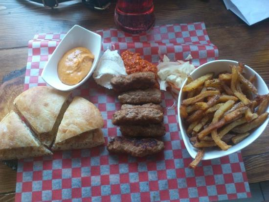 Hrvati Bar: Sausage platter