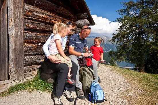 Engadin St. Moritz, Schweiz: Family resting in front of the Heidi hut above St. Moritz