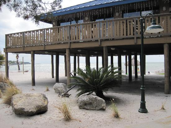 Magnuson Hotel Marina Cove: tiki hut on the beach