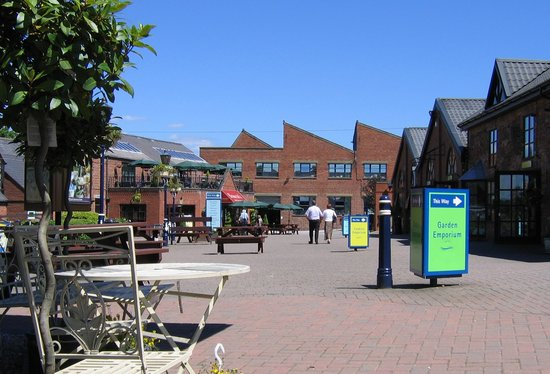 Denby Pottery Factory: Denby Visitor Centre Courtyard