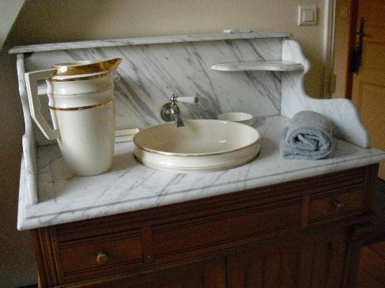 Ecrosnes, Francia: the superb marble washstand in the bathroom