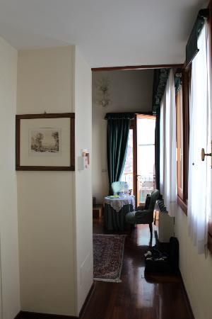 Locanda San Barnaba: The rather narrow entrance to the room