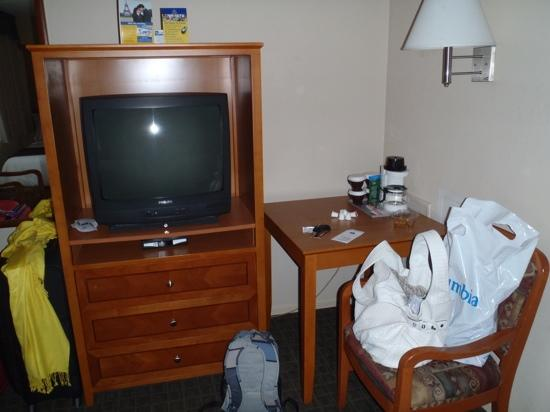 BEST WESTERN Capilano Inn & Suites: Double room - TV
