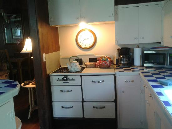 Redwood Hollow - La Jolla Cottages: The vintage kitchen.