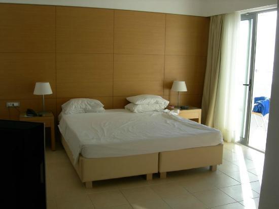 Doreta Beach Hotel: Chambre