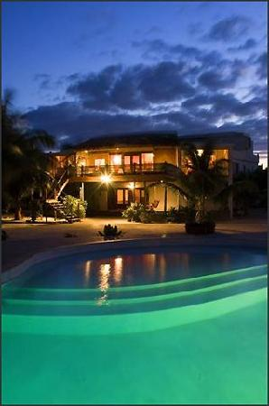 La Perla Del Caribe: Villa Opal view over pool at night