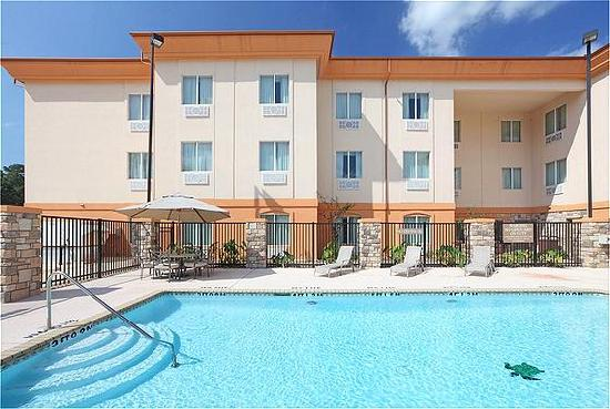 Holiday Inn Express & Suites Marshall: Our Exterior Pool Area