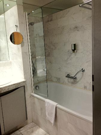 Singerstrasse Apartments: Bathtub with shower