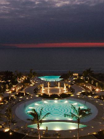 Delcanto Beach Resort: pool by night