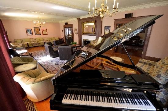 Gateways Inn: the piano bar, nothing like it