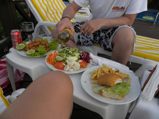 La Boheme Hotel e Apart Hotel: Comida del restaurante de la boheme en la pileta