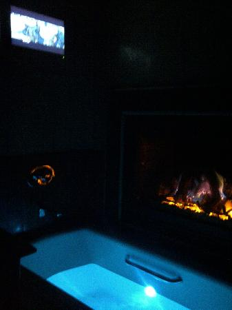 ‪‪Border House at Crystal Bay‬: fireside tub  with tv‬