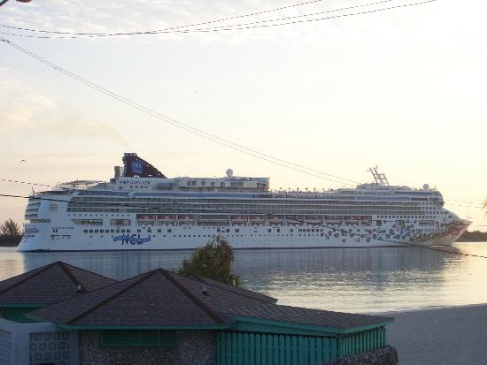 El Greco Hotel: Cruise ships arriving every am