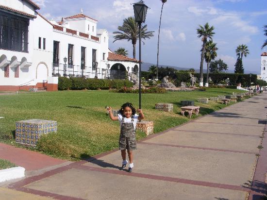 Rivera del Pacifico: Mi nena correteando en los jardines del hotel