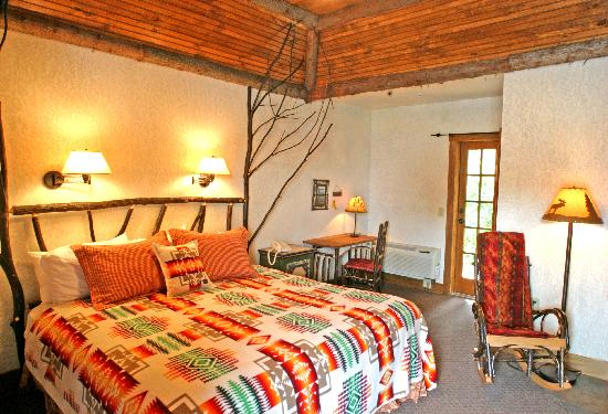 Finger Lakes Lodging: Quaint King Bedroom