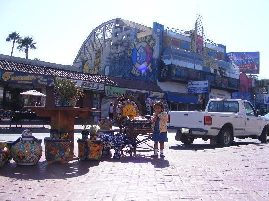First Street: Calle Primera, solo para turistas, precios carisimos y no los mejores locales que he visto.
