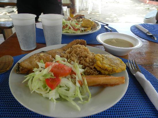 Decameron Cartagena: Pesacdo frito con ensalada, patacon, yuco y sopa de pescado en Isla Grande