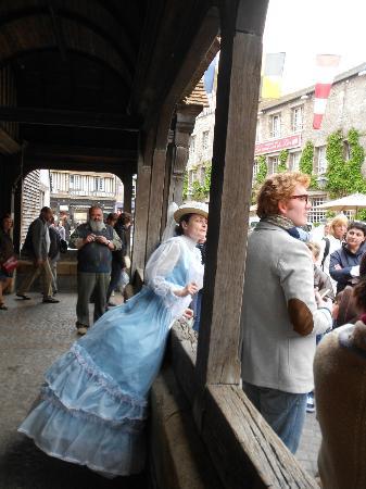 Le Mystérieux Rubis de Honfleur: Sous le porche de l'église Sainte Catherine
