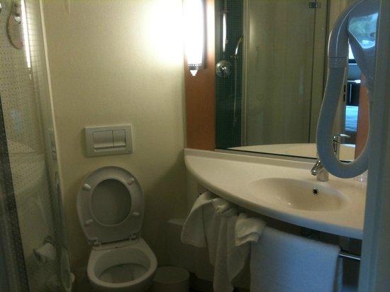 salle de bain un peu troite mais compl te avec s che cheveux. Black Bedroom Furniture Sets. Home Design Ideas