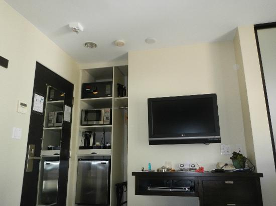 Aurora Hotel: Microwave, Mini-Fridge, Coffee Maker, Flat Screen T.V.