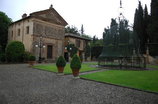 Relais La Suvera: Church and hotel.