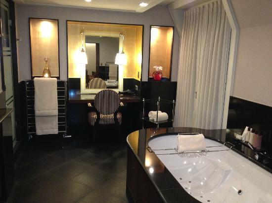 Salle de bains picture of hotel barriere le fouquet 39 s for Hotel des bains paris