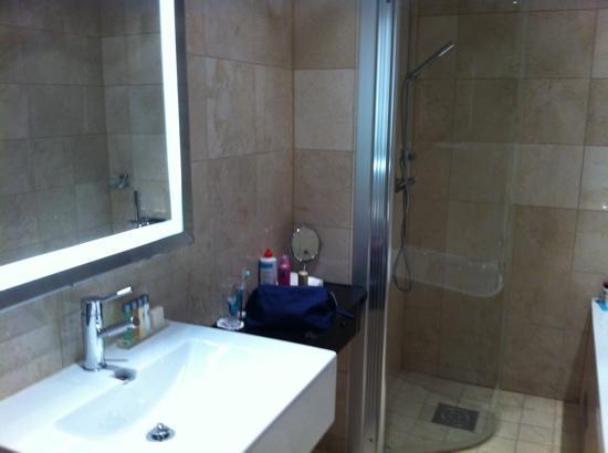 Elite Hotel Marina Tower: Grosses Bad mit Dusche und separater Wanne