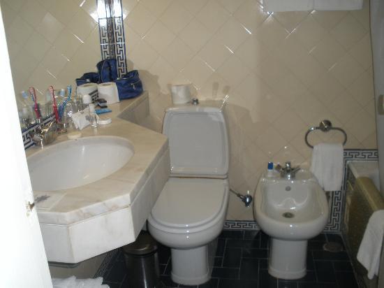 Albergaria Senhora Do Monte: bagno sacrificato ma pulitissimo