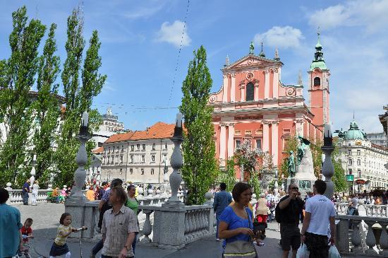 Preseren Square: Pink church