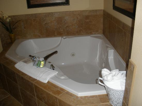 Aspen Suites at The Icicle Village Resort: Spa tub for two! In the bedroom