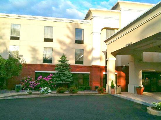 Hampton Inn Auburn: Facade of the hotel