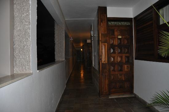 Ubatuba Palace Hotel: El pasillo de las habitaciones que balconea a la pileta