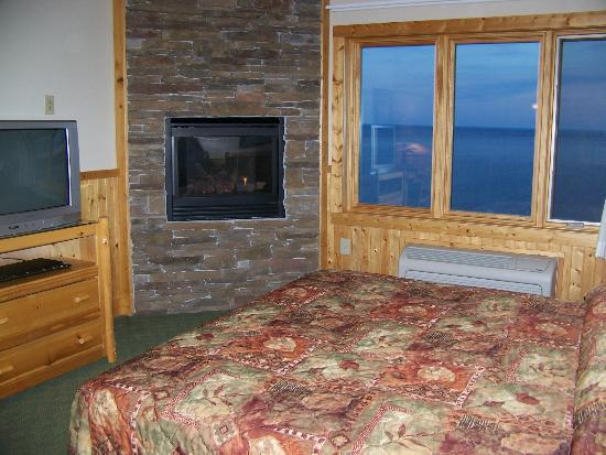 Superior Shores Resort: F401 fireplace/view