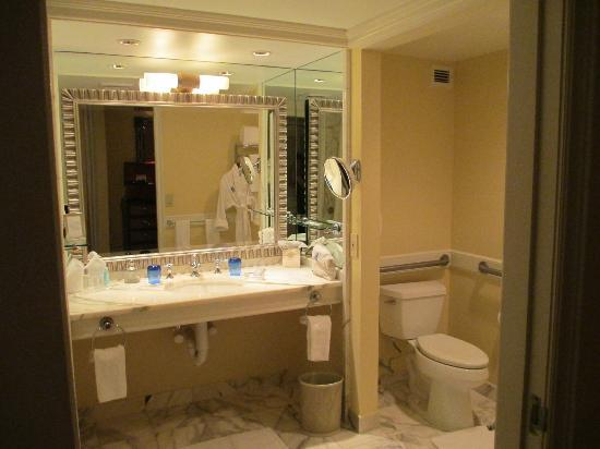 The Ritz-Carlton, Naples: lovely handicapped bathroom