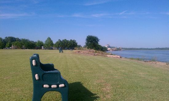 Tom Sawyer's RV Park: A place to sit and watch the river roll by.