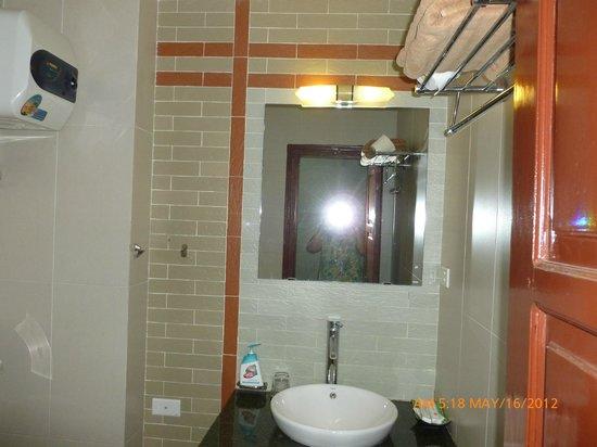Hanoi Aurora Hotel:                   bathroom of the hotel