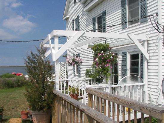 Tylerton, MD: Side patio of the inn