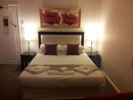 The Metropole Guesthouse: Deluxe room with queen bed