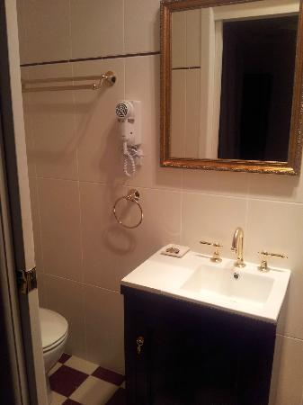 The Metropole Guesthouse: Real gold taps lovely bathroom