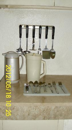Sunny Bay Suites: kitchen cooking utensils