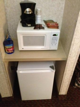 Red Roof Inn TownHouse - Grand Forks : standard set up - fridge, microwave