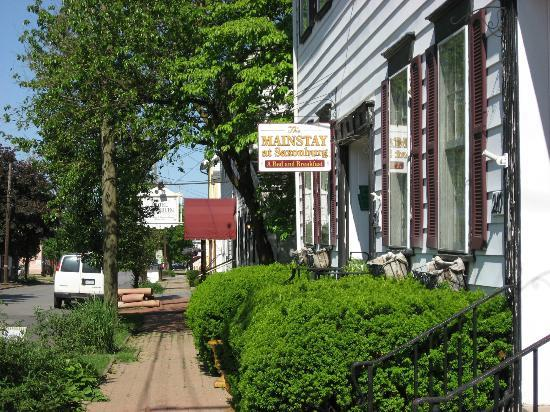 The Mainstay at Saxonburg: Front of the bed & breakfast on Main Street