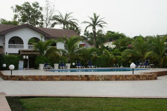 Raybow International Hotel: Block of standard rooms overlooking pool