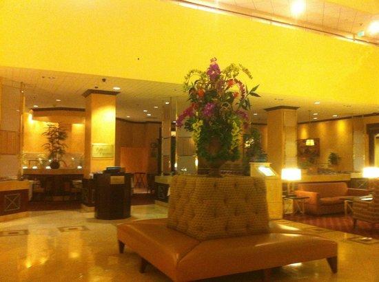 Carlton Hotel Newport Beach: Lobby & Restaurant right behind - BEST FOOD!!