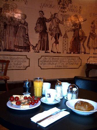 Hotel Kremsmuenstererhof: Frühstücksraum mit kunstvollen Wandfliessen