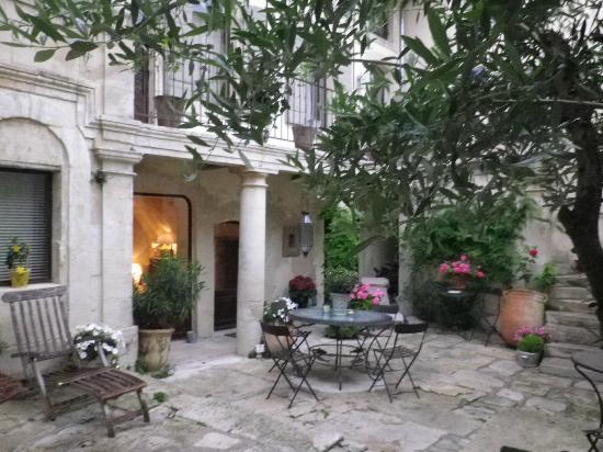 Maison Saint Remy d'Isidore: First impression as you enter the courtyard