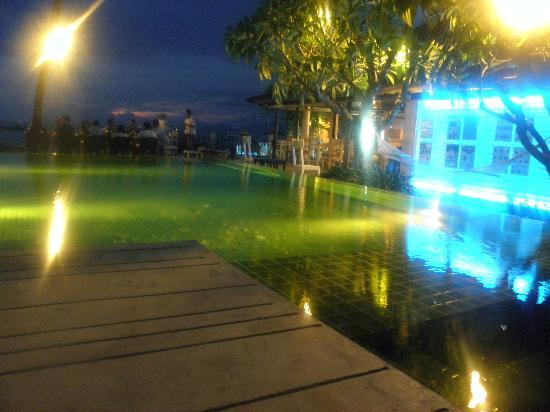 ‪‪Punnpreeda Beach Resort‬: Pool at night‬