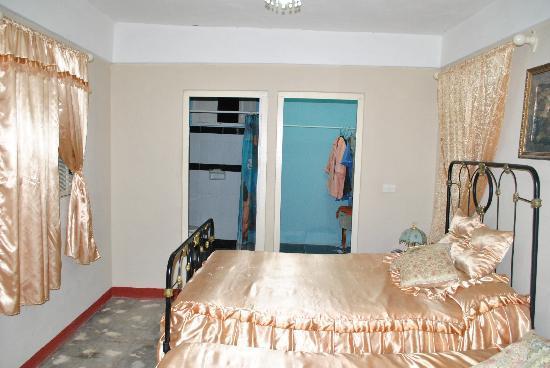 Hostal Yusi & Vladi: Bedroom and walking closet