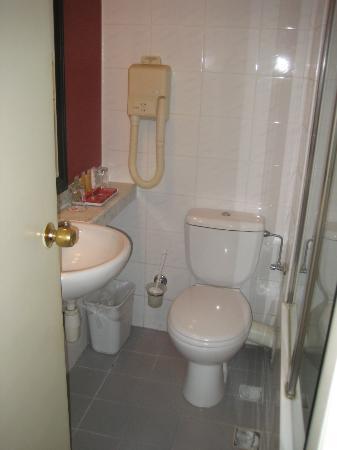Leonardo Beach Tel Aviv Hotel: Très petite salle de bain/WC